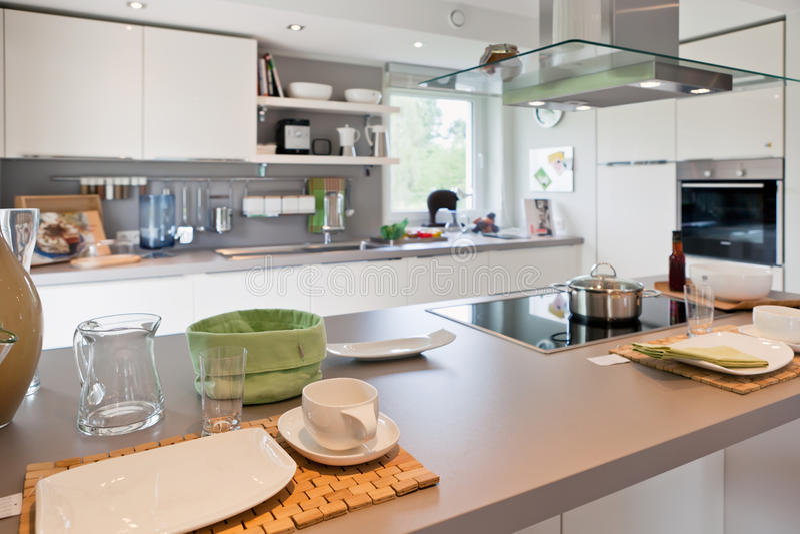 Innenraum der modernen Hausküche lizenzfreie stockbilder