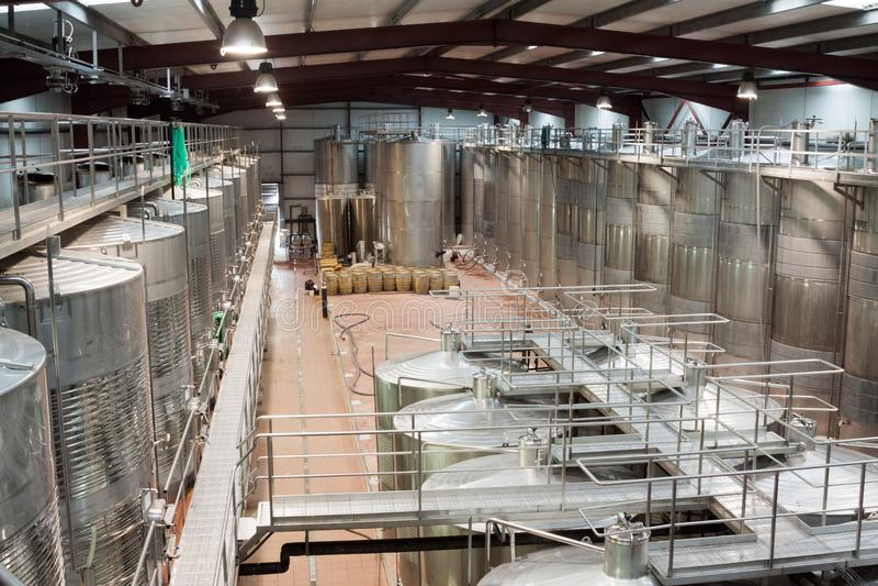 Innenraum der modernen Weinanlage mit rostfreier Ausrüstung lizenzfreies stockfoto