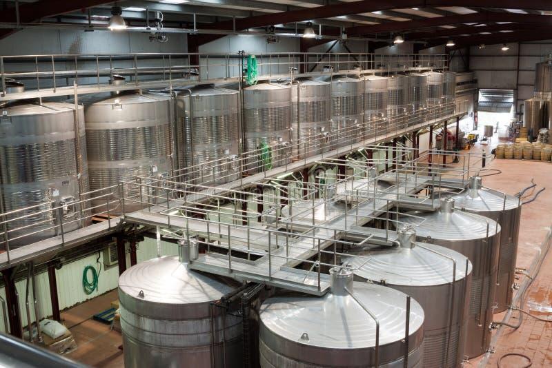 Innenraum der modernen Weinanlage mit rostfreier Ausrüstung lizenzfreies stockbild