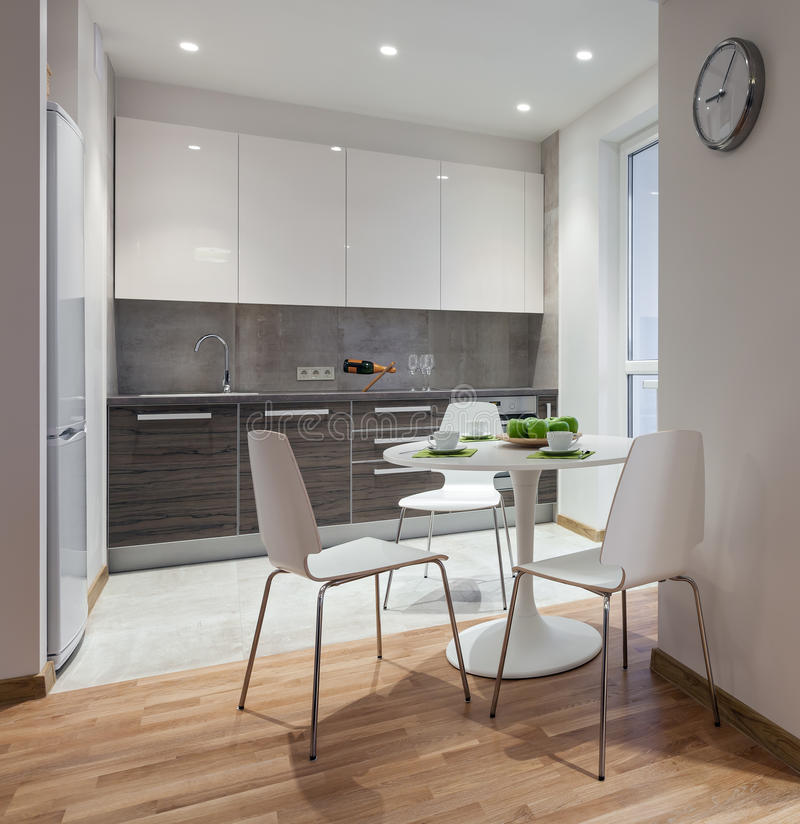 Innenraum der modernen Wohnung in der skandinavischen Art mit Küche stockbild