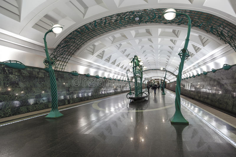 Innenraum der Moskau-Metrostation Slavyansky Bulvar stockfotos