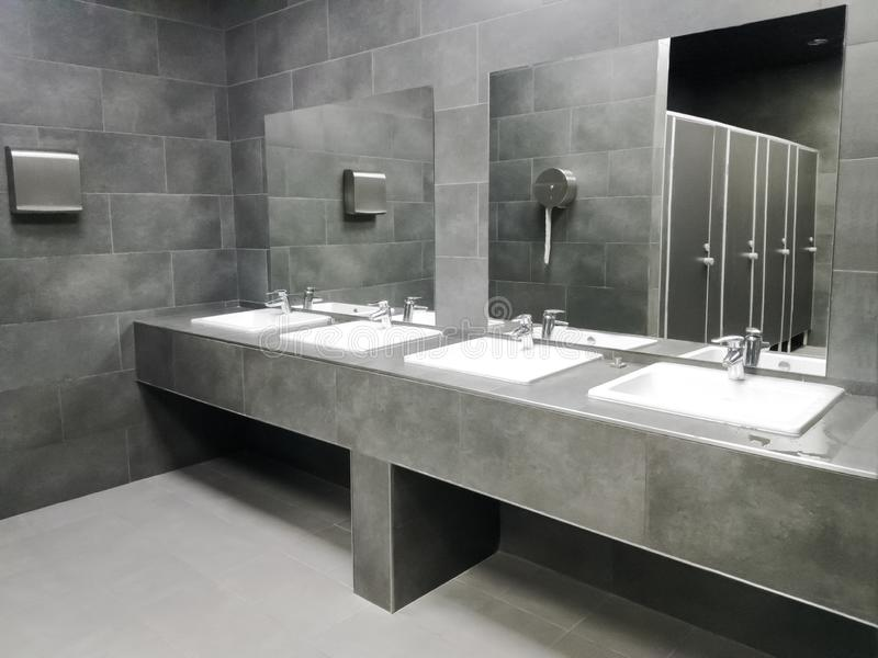 Innenraum der privaten modernen Toilette stockbilder