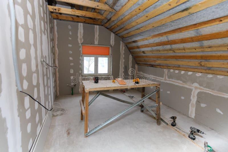 Innenraum der Raumwohnung mit neuem Fenster und selbst gemachtem Gestell der Materialien, Bohrgeräte, Niveau während auf der Erne lizenzfreie stockfotografie