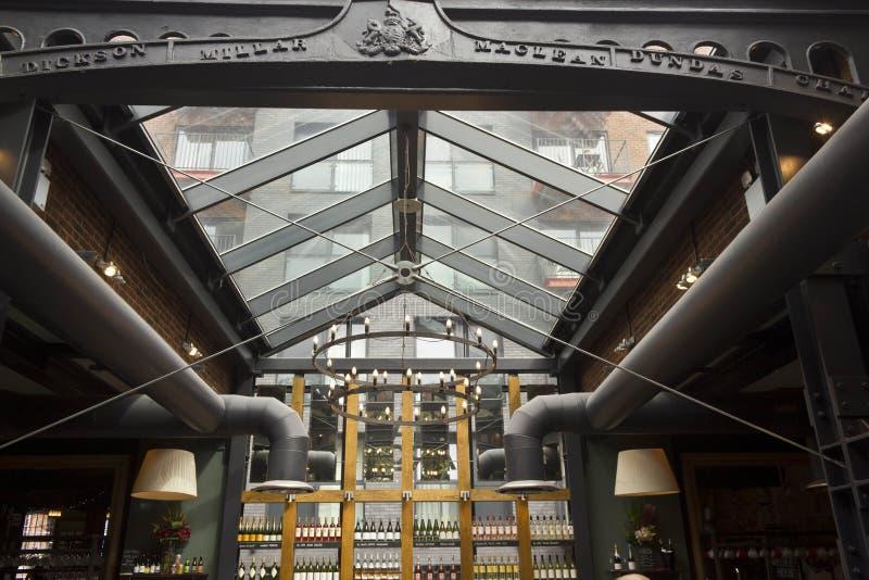 Innenraum der Skala-Bogenkneipe in London stockfotos