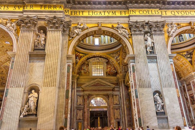 Innenraum der St- Peter` s Basilika in Vatikan, das Kirchenschiff lizenzfreie stockbilder