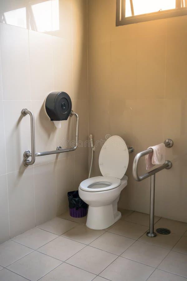 Innenraum der Toilette für ältere Leute mit Toilettentoilettenschüssel stockbilder