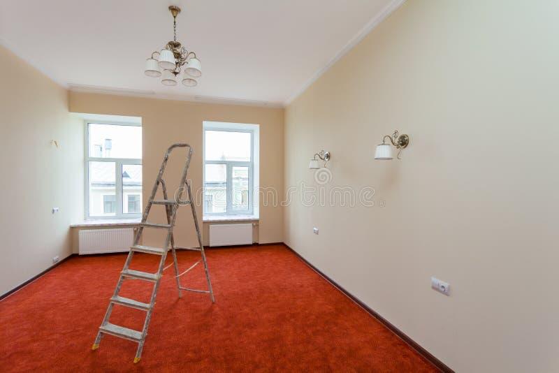 Innenraum der Verbesserungswohnung mit Leiter und einiger Badezimmerbefestigungen nach der Umgestaltung, Erneuerung, Erweiterung, stockfotos