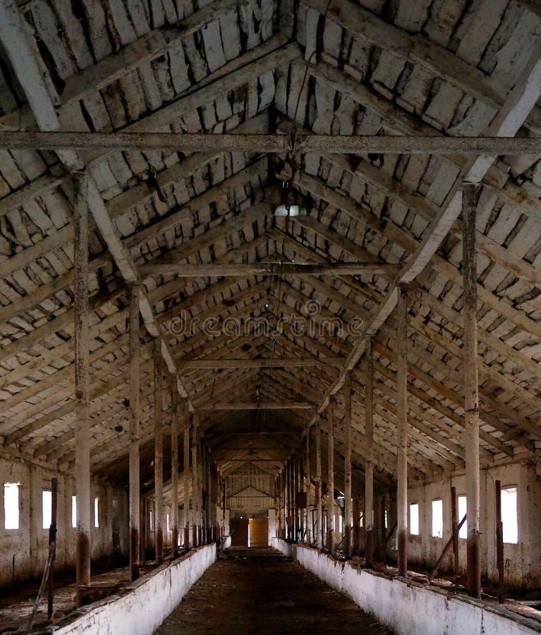 Innenraum der verlassenen Scheune mit schönem hölzernem stockbild