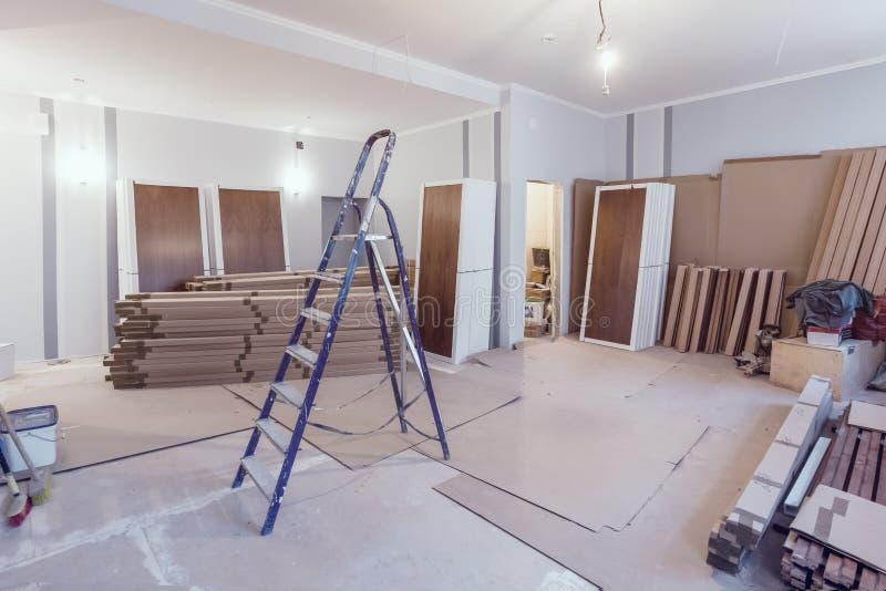 Innenraum der Wohnung während des Baus, der Umgestaltung, der Erneuerung, der Erweiterung, der Wiederherstellung und der Rekonstr stockbilder