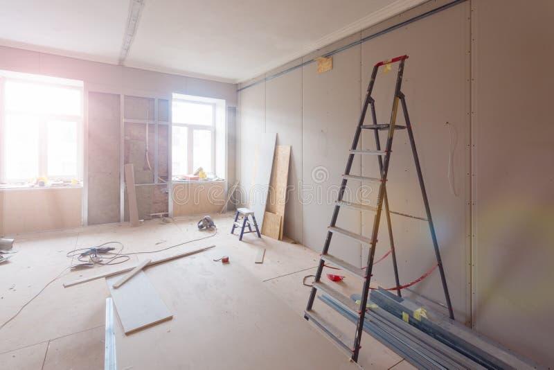 Innenraum der Wohnung während des Baus, der Umgestaltung, der Erneuerung, der Erweiterung, der Wiederherstellung und der Rekonstr lizenzfreie stockbilder