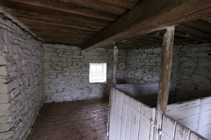 Innenraum des alten steinigen Kuhstalls lizenzfreie stockfotografie