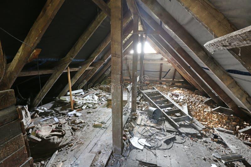 Innenraum des alten unordentlichen Dachbodens lizenzfreies stockbild