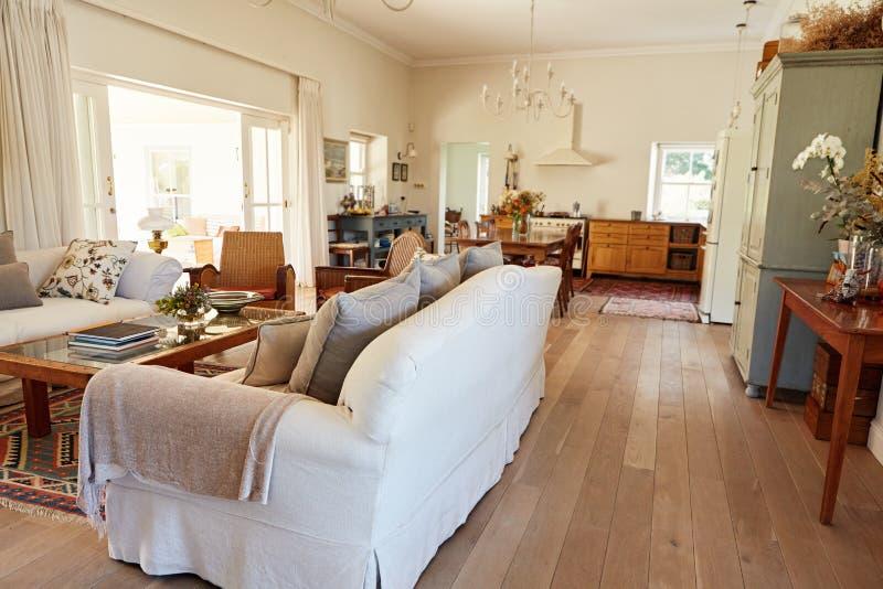 Innenraum des Aufenthaltsraumbereichs in einem Landhausstilhaus lizenzfreies stockfoto
