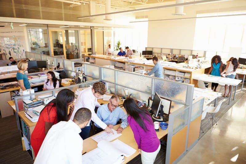 Innenraum des beschäftigten modernen Bürogroßraums lizenzfreie stockfotos