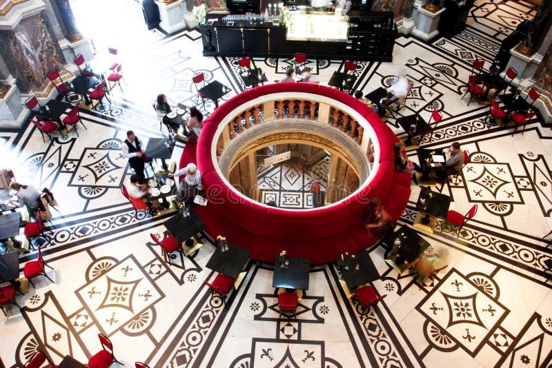 Innenraum des Cafés innerhalb Kunsthistorisches Muse lizenzfreie stockfotos