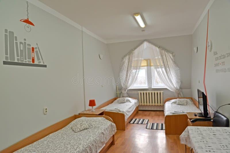 Innenraum des dreifachen Hotelzimmers in den grauen Tönen stockbild
