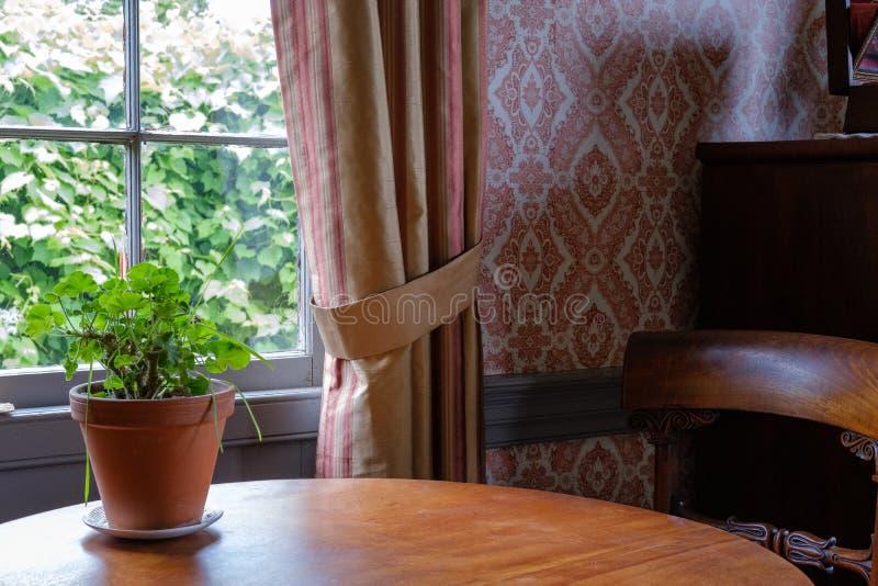 Innenraum des Erblandhauses mit rustikalem Fensterrahmen und lizenzfreies stockbild