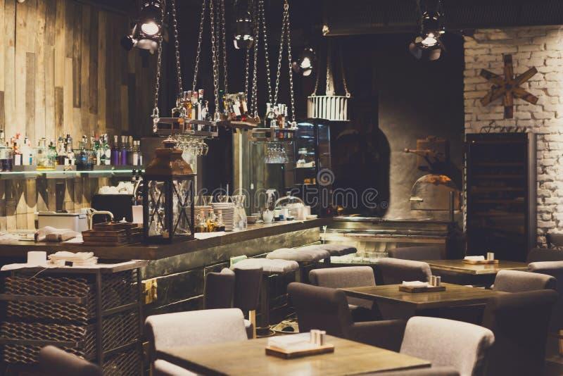Innenraum des gemütlichen Restaurants, Dachbodenart stockbild
