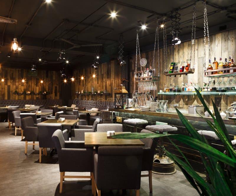 Innenraum des gemütlichen Restaurants, Dachbodenart stockfoto