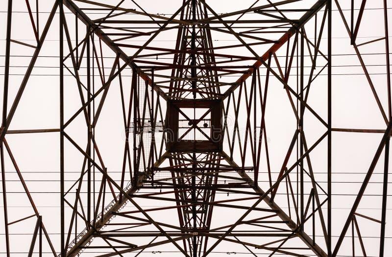 Innenraum des großen elektrischen Turmrahmens oben schauen stockfotos