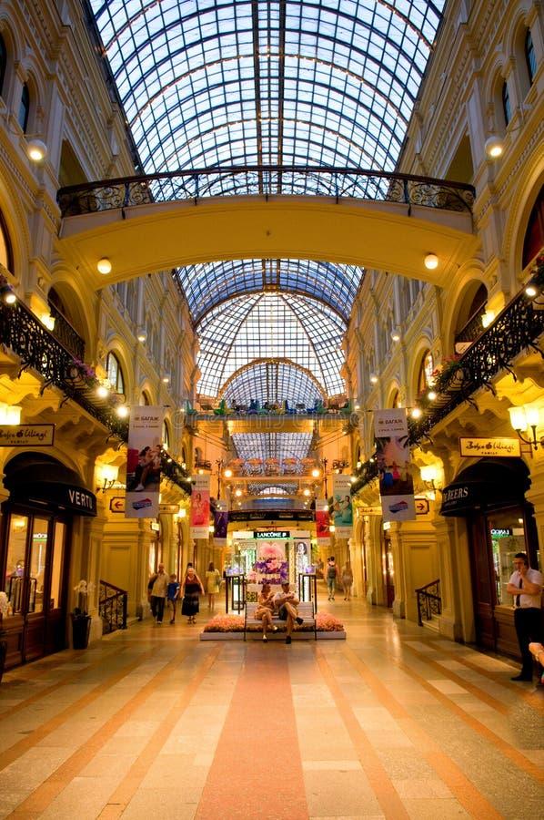 Innenraum des GUMMIS - das Einkaufszentrum im Roten Platz, Moskau, Russland lizenzfreie stockfotografie