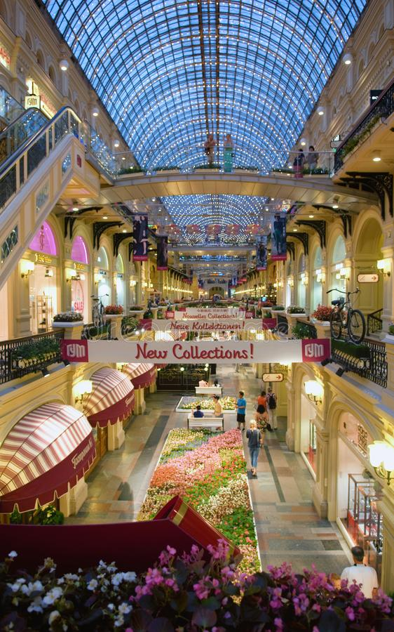 Innenraum des GUMMIS - das Einkaufszentrum im Roten Platz, Moskau, Russland lizenzfreie stockfotos