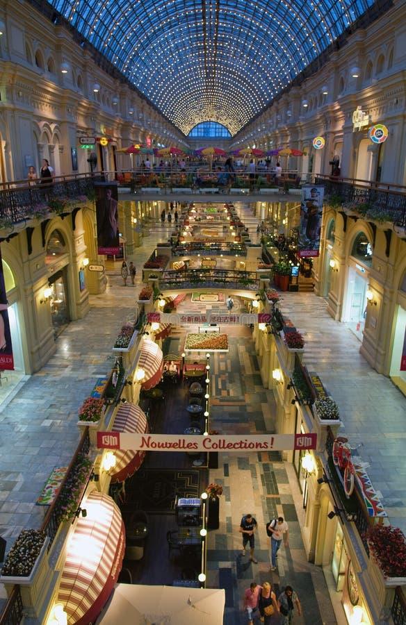 Innenraum des GUMMIS - das Einkaufszentrum im Roten Platz, Moskau, Russland stockbild
