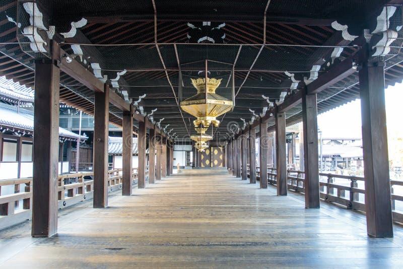 Innenraum des hölzernen shintoistischen Tempels Nishi Hongan-Ji in Kyoto - Honshu - Japan lizenzfreies stockbild
