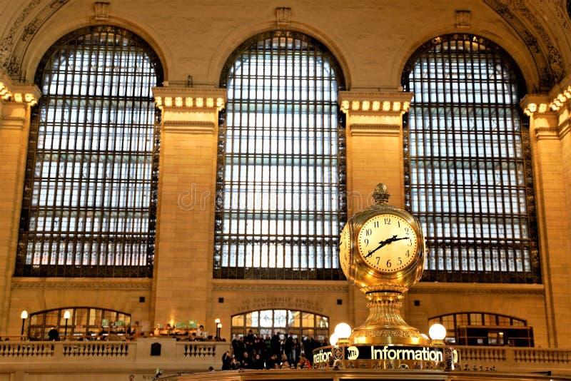 Innenraum des Hauptzusammentreffens Grand Central -Anschlusses mit der Uhr und Leuten, die herum gehen Schöne Fenster hinten naha stockbilder