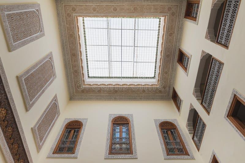 Innenraum des Hauses in der arabischen Art hat klare Dachspitze lizenzfreies stockbild