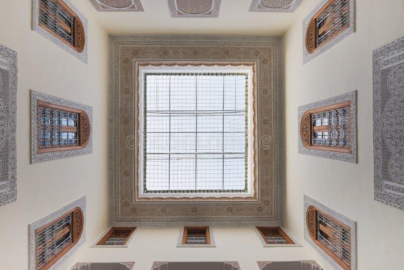 Innenraum des Hauses in der arabischen Art hat klare Dachspitze stockbilder