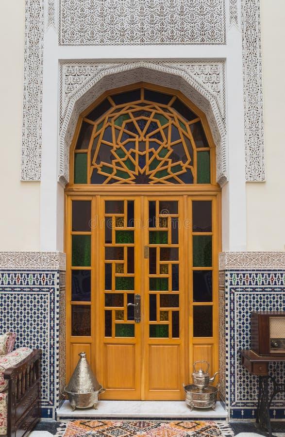 Innenraum des Hauses in der arabischen Art mit Holztür lizenzfreies stockfoto