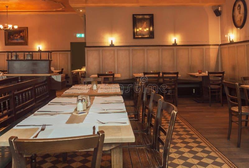 Innenraum des historischen bayerischen Restaurants mit Malereien und Weinleseartholzmöbel stockfoto