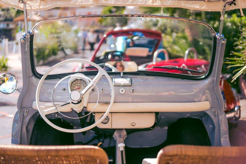 Innenraum des italienischen klassischen Retro- Fahrzeugs Ikonen eingestellt lizenzfreie stockbilder
