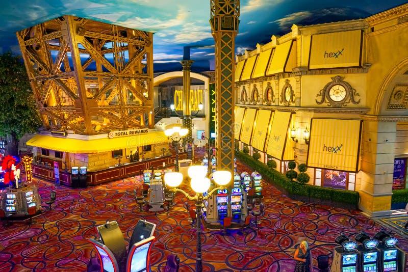 Innenraum des Kasinos ist innerhalb der Spieltische, Spielautomaten, Roulette stockfoto