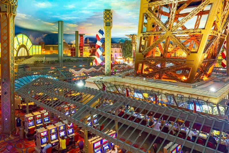 Innenraum des Kasinos ist innerhalb der Spieltische, Spielautomaten, Roulette stockfotografie