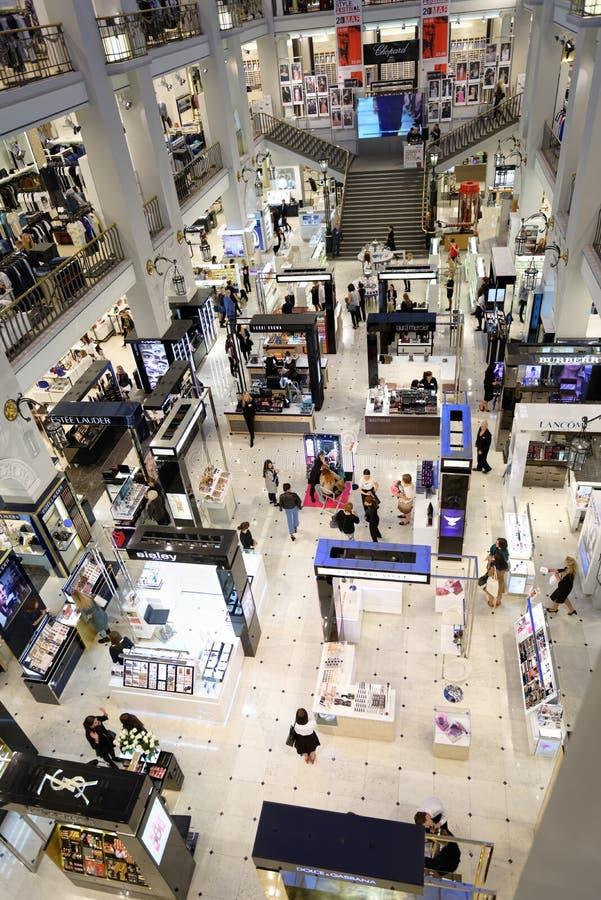 Innenraum des Kaufhauses DLT in St Petersburg, Russland während des Sommers art festival lizenzfreie stockfotografie