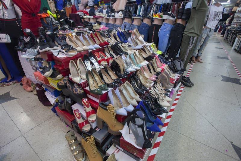 Innenraum des Kleidungs- und Schuhshops in der Stadt lizenzfreies stockfoto