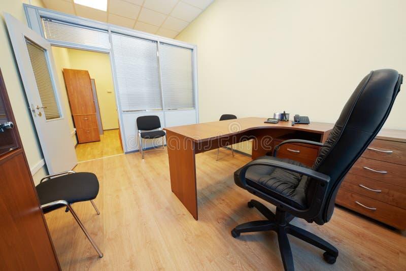 Innenraum des leeren Bürokabinetts mit Lehnsessel stockfoto