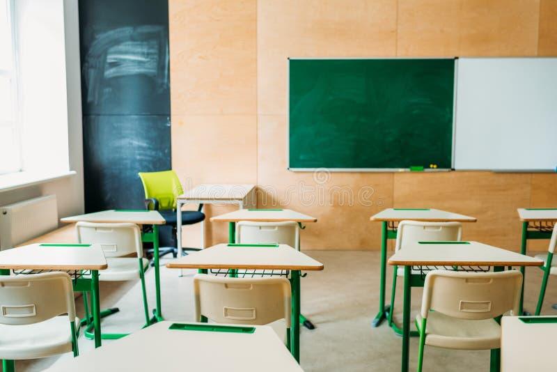 Innenraum des leeren modernen Klassenzimmers mit leerer Tafel in der Schule lizenzfreie stockfotografie