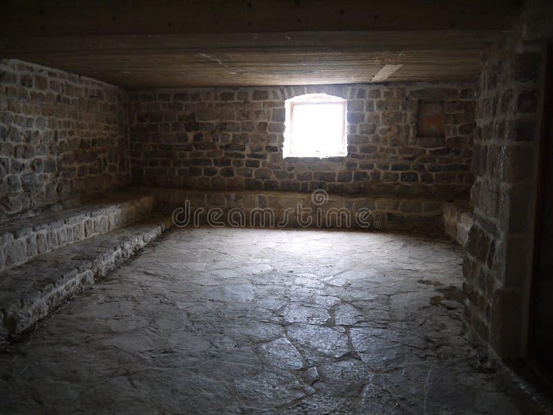 Innenraum des leeren Raumes im Altbau stockfoto