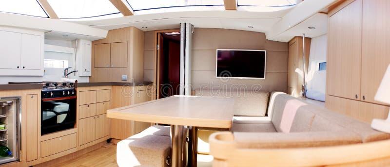 Innenraum des Luxussegelboots stockfotos
