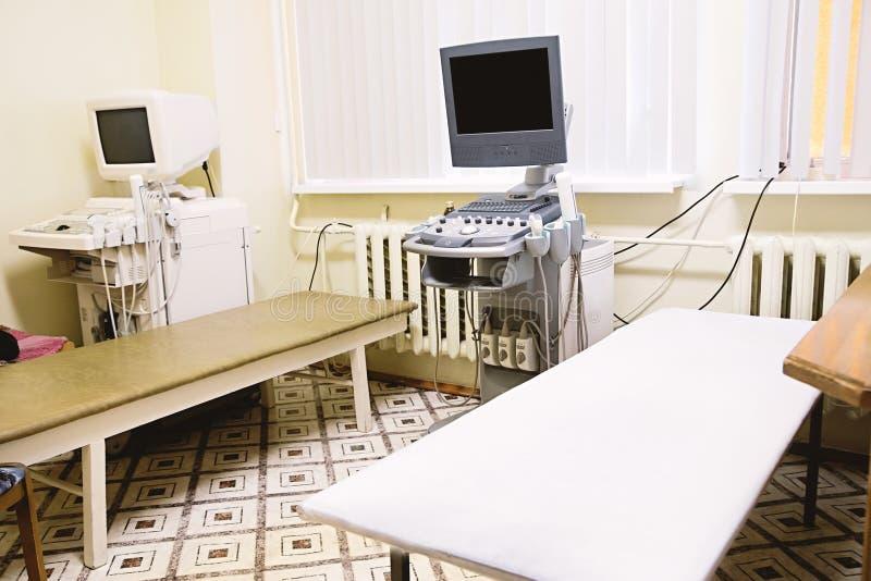 Innenraum des medizinischen Raumes mit Ultraschalldiagnostikausrüstung stockbild