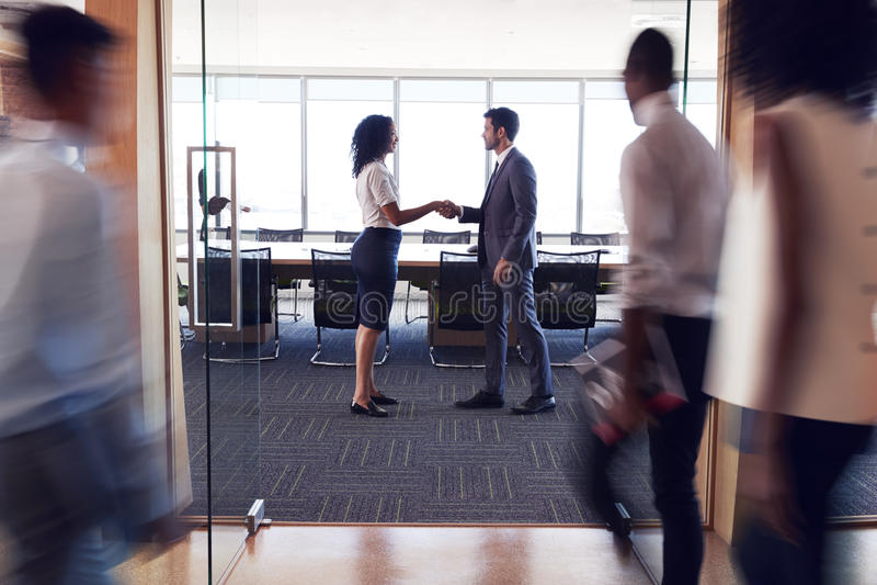 Innenraum des modernen Bürogroßraums ohne Leute stockfotografie