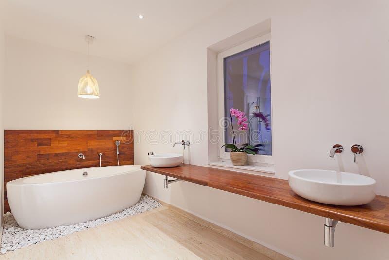 Innenraum des modernen Badezimmers mit Fenster lizenzfreies stockfoto
