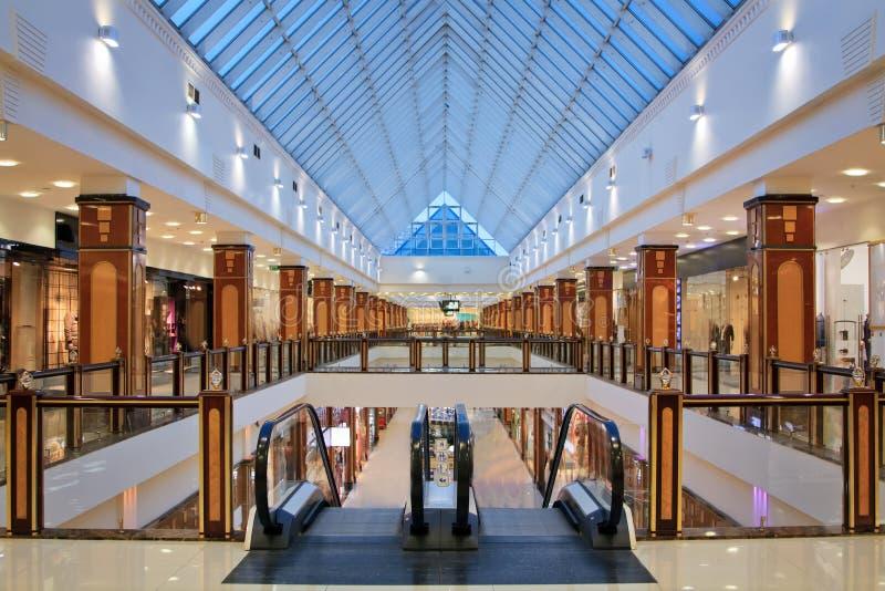 Innenraum des modernen Einkaufszentrums stockfotografie