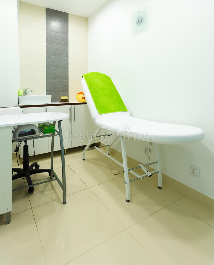 Innenraum des modernen gesunden Schönheitsbadekurortsalons. Behandlungsraum. stockbilder