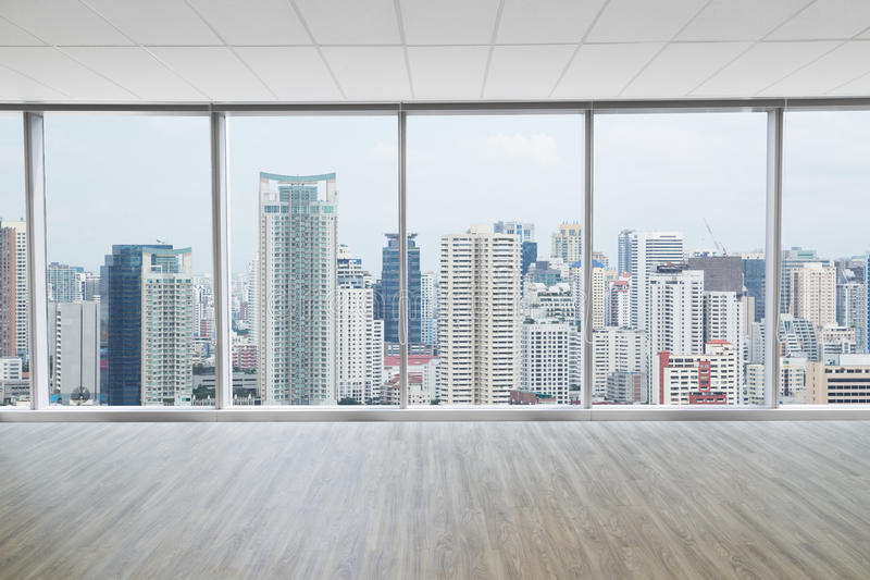 Innenraum des modernen leeren Büros mit Stadtansichthintergrund stockfotos