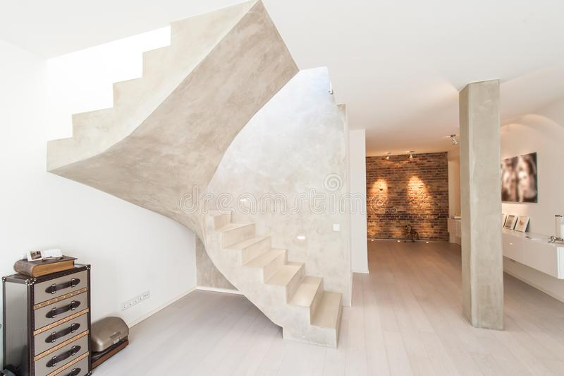 Innenraum des modernen Raumes mit Säule und Treppe lizenzfreie stockbilder
