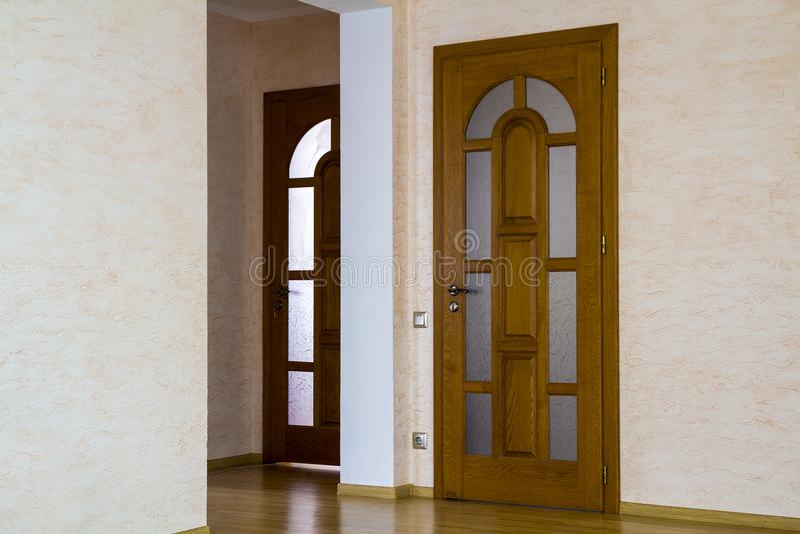 Innenraum des modernen teuren Hauses der Wohnung mit Holztür lizenzfreie stockfotos